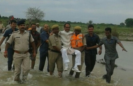 shivraj singh chauhan flood photo