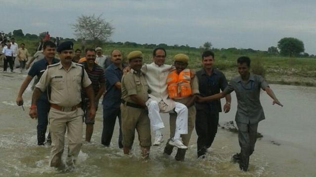 shivraj singh chauhan flood photo