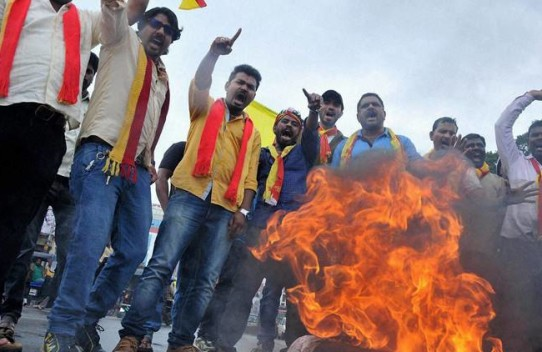 Chikmagalur: Activists from Karnataka burn the effigy of Tamil Nadu Chief Minister, J Jayalalitha after Supreme Court ordered to release Cauvery water at Chikmagalur on Monday. PTI Photo(PTI9_12_2016_000192A)